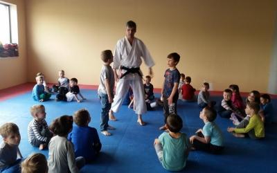 Motylki i Stonogi w siedzibie Małego Karateki w Akademii Budo