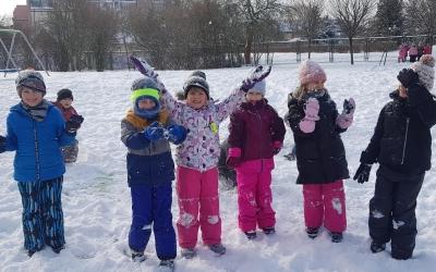 Zimowe zabawy na śniegu - Kangurki